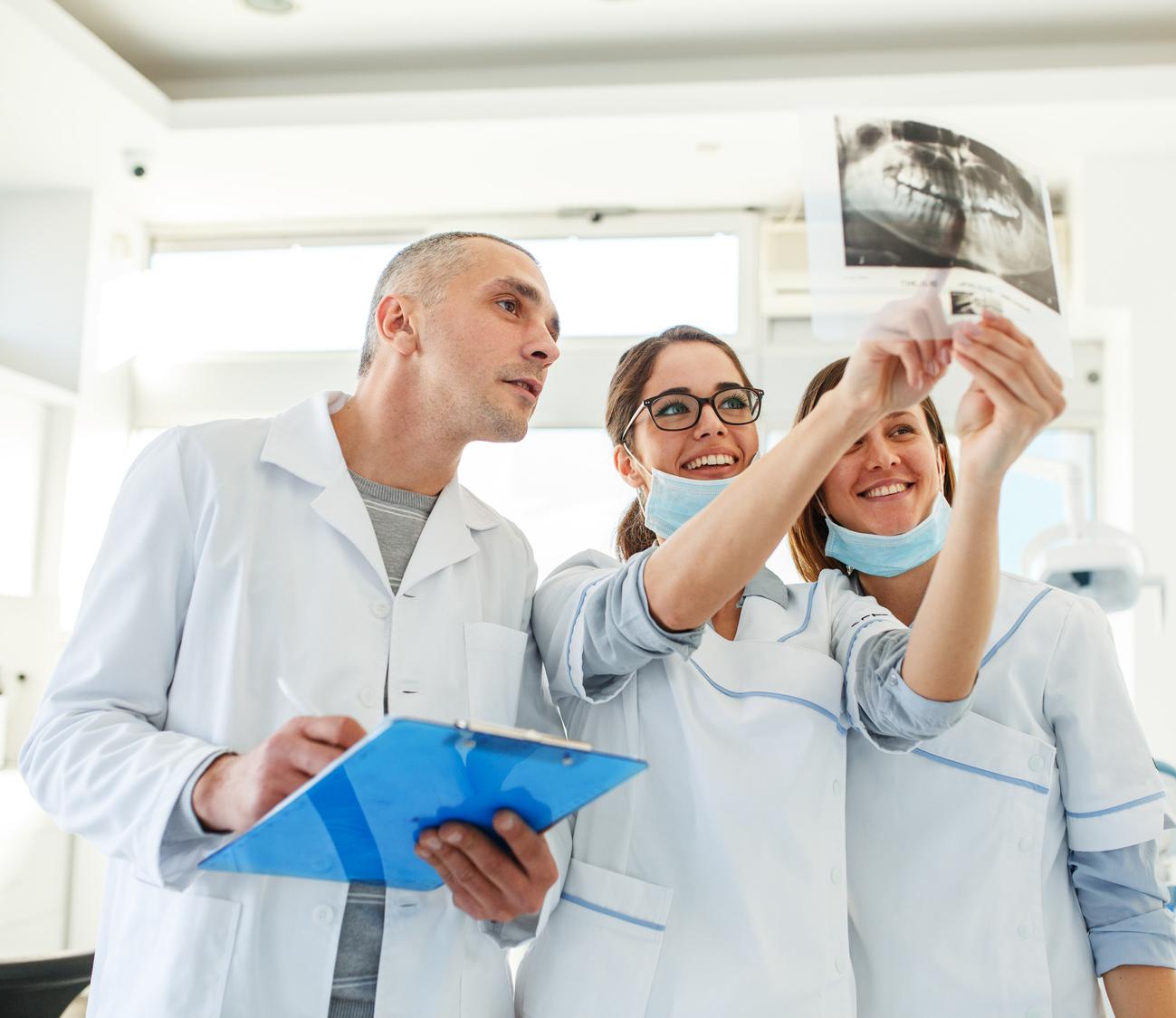 dentisti che consultano una radiografia