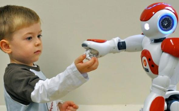 bambino che gioca con un robot